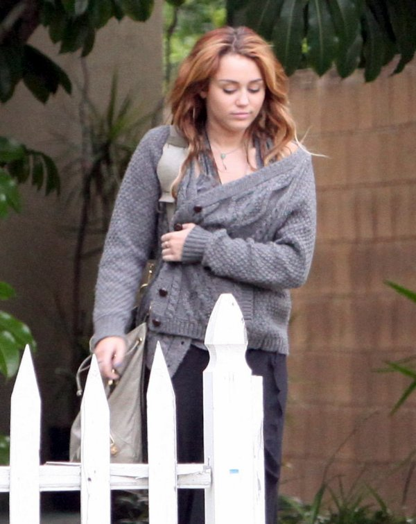 09.06.2011 Miley aperçue devant la maison de Liam Hemsworth à Beverly