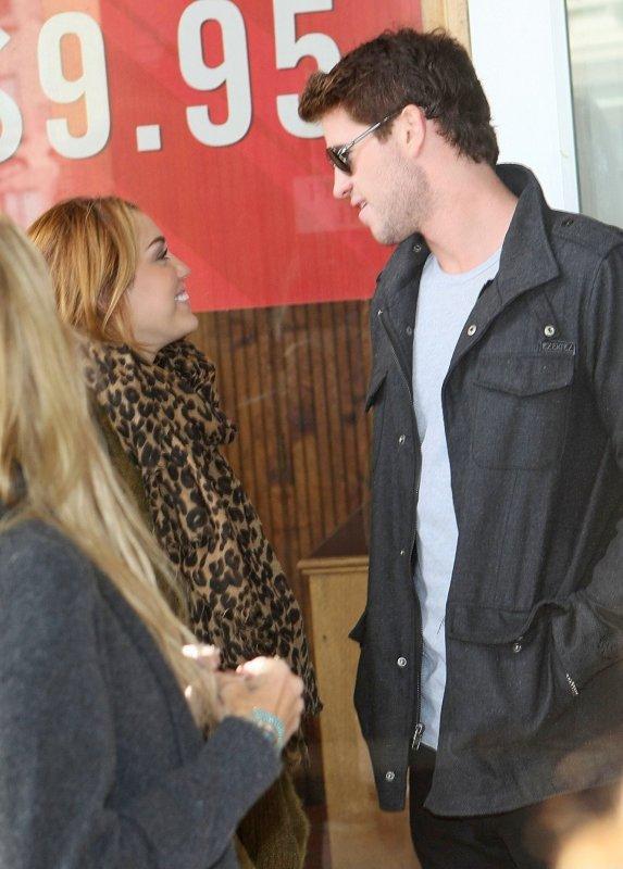 23.06.11 Miley déjeune avec Liam à Melbourne, Australia