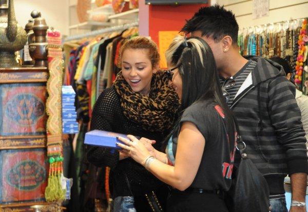 27.06.11 Miley fait du shopping à Oxford, Sydney