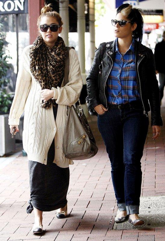 01.07.2011 Miley déjeune à Perth