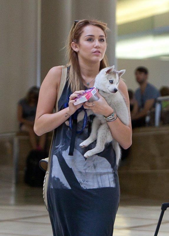 15.07.2011 Miley à l'aéroport LAX