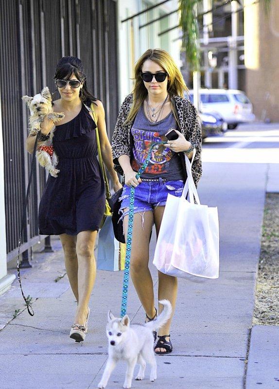 04.08.11 Miley promène Floyd à Studio City