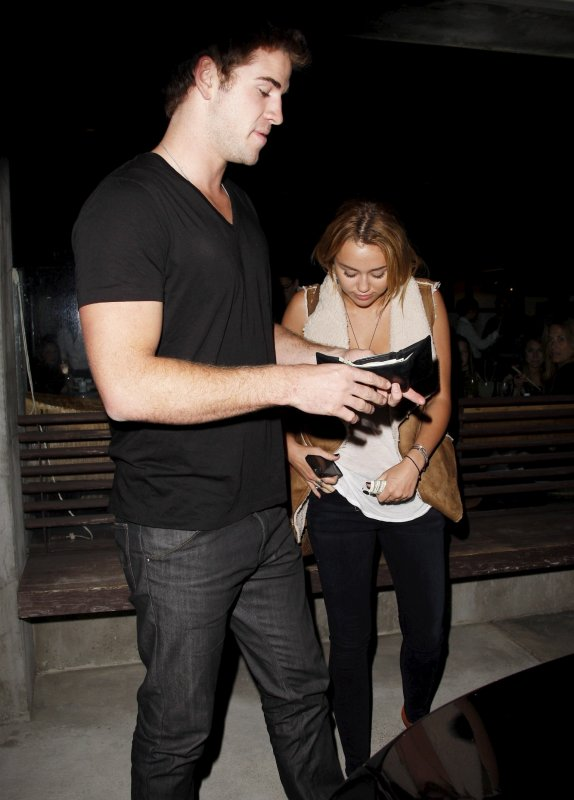 16.08.2011 Miley & Liam quittent un restaurant