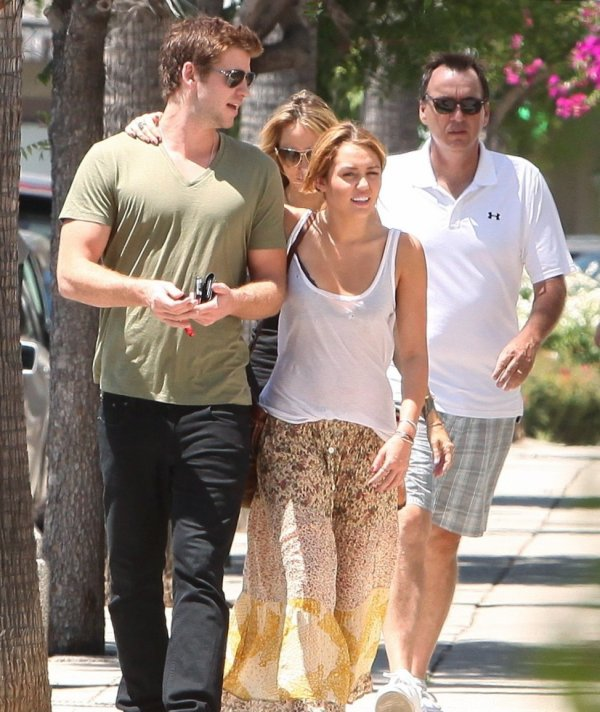 17.08.2011 Miley va déjeuner avec sa mère et Liam