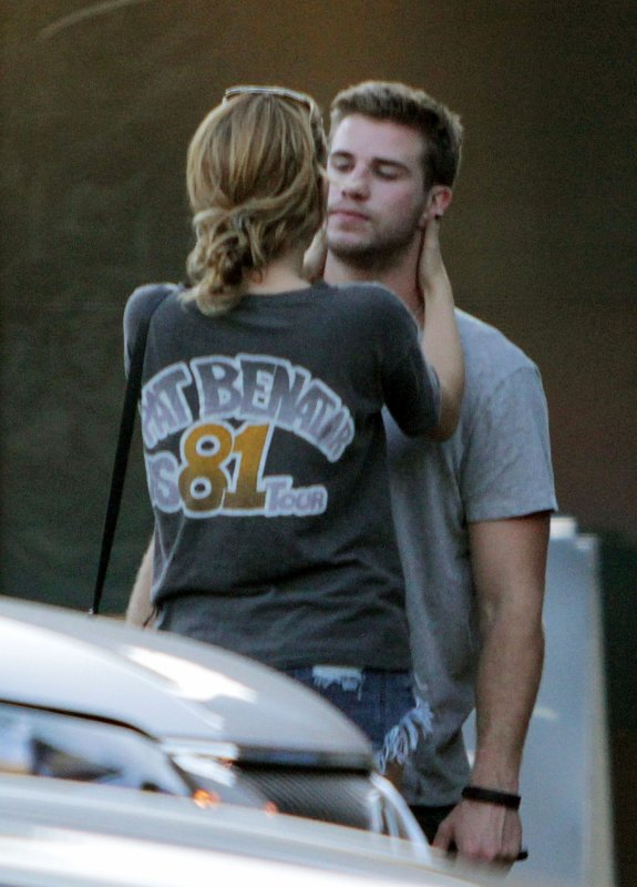 "24.08.2011 Miley & Liam achètent des sushis à ""The Valley"", Los Angeles"