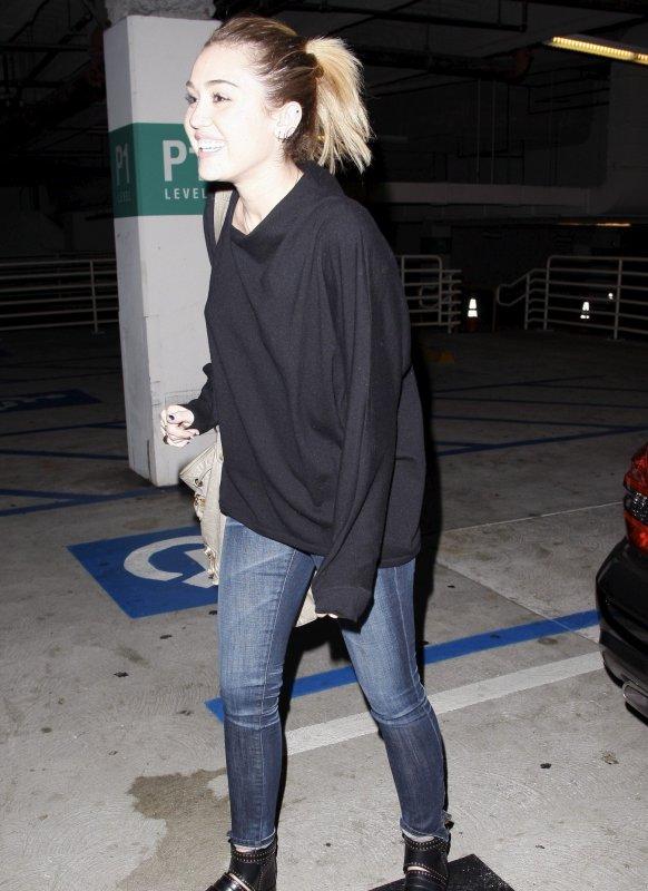 01.11.2011 Miley fait du shopping à Barneys avec Vijat Mohindra
