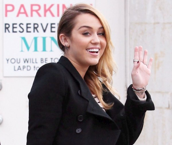 04.11.2011 Miley fait du shopping à Best Buy, Hollywood