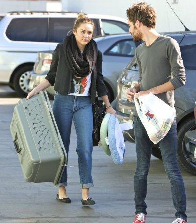 09.12.2011 Miley et un ami à Studio City