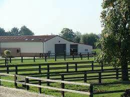Maintenant on vous montre les extérieurs de la ferme équestre donc voilà : box écuries.....