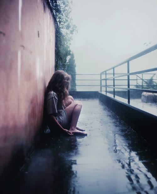 Je sais ce que c'est de vouloir mourir. Comment ça fait mal à sourire. Comment tu te fais du mal pour calmer cette douleur.