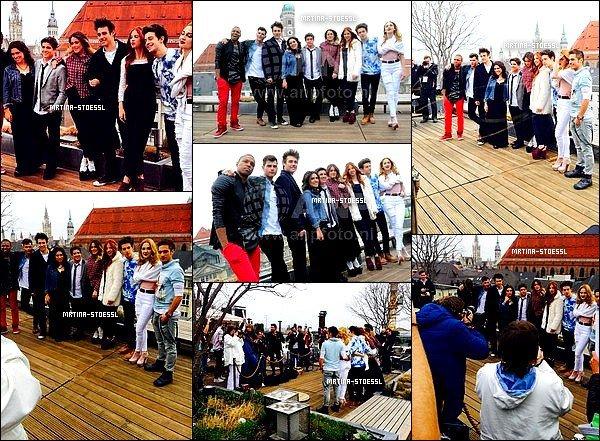 .  25/03/15 - Les acteurs étaient présents à une conférence de presse organisée à Munich, en Allemagne. Les acteurs sont passés par Munich à l'occasion de leur tournée mondiale. Pendant cette conférence, Tini a réalisé un shooting photo ! .