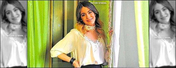 """.  25/03/15 - De passage à Munich pour #ViolettaLive, Tini s'est faite interviewé par la revue """"Blid"""". Après la conférence de presse, Tini ne s'est pas arrêté. Elle a donné une interview à une revue allemande au grand bonheur de ses fans. ."""