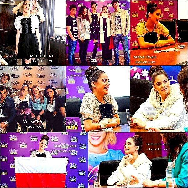 . 30/03/15 - Martina, toute sourire, a participé à une conférence de presse dans la ville de Varsovie, en Pologne. Lors de cette event, elle a rencontrée quelques fans polonaises. Sa tenue est magnifique et son chignon parfait bien que pas à mon goût. .
