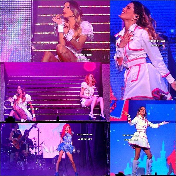 . 25 avril 2015 : Martina était présente sur scène avec ses quo-équipiers dans la ville de Bahia Blanca, en Argentine. Ce concert s'est déroulé en plein air. Lors du concert, 15 000 fans étaient présentes ! Un vrai record ! Peu de photos sont disponibles... Vos avis ? .
