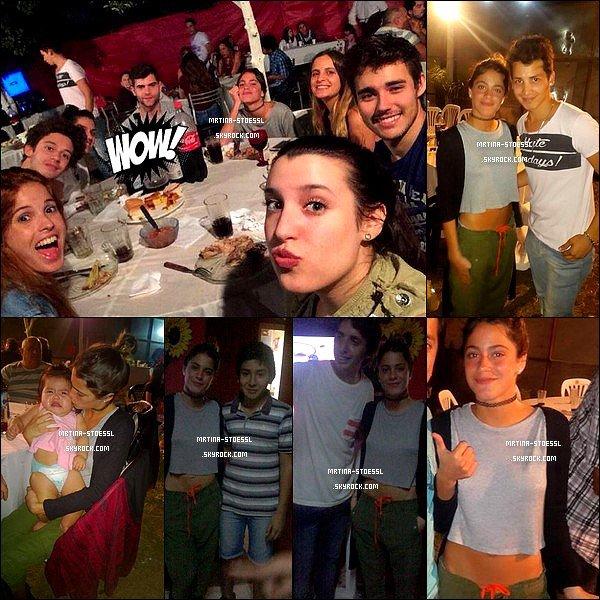 . 1er mai 2015 : Tini, le cast et son amie Caro sont allés au restaurant à Resistencia, dans la province de Chaco, En Argentine. En pleine tournée, les acteurs se sont retrouvés tous ensemble au resto. Tini y a rencontrée quelques fans. Je n'aime pas sa tenue. Et toi, ton avis ? .