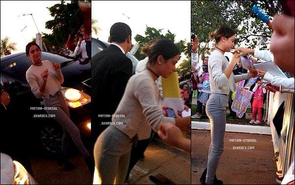 . 5 mai 2015 : Martina Stoessel est allée à la rencontre de ses nombreux fans dans la ville d'Asunción, située au Paraguay. De passage au Paraguay, Tini s'était arrêté quelques heures avant le show pour signer des autographes et prendre des photos avec des fans. TOP ! .