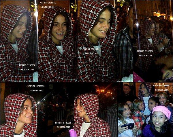 . 11 mai 2015 : La talentueuse Tini Stoessel est sortie rencontrer ses fans dans la ville de Salta - située en Argentine. Vêtue d'un gilet rouge, sa tenue n'est pas voyante. Rappelez-vous quand elle est sortie en pyjama à 3h du matin ! N'est-elle pas adorable? .