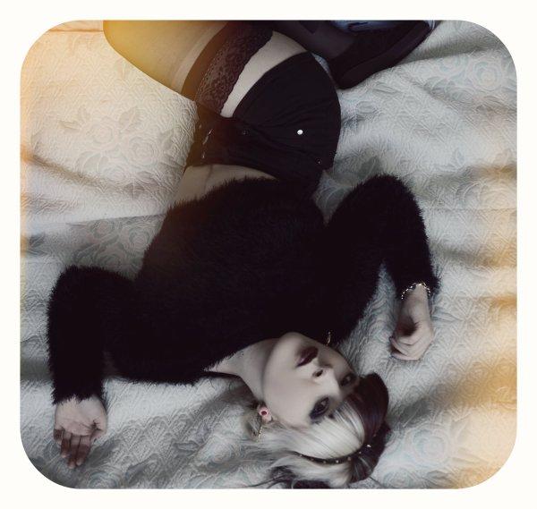 J'aime être Trempée Sous la Pluie,Me cacher Sous la Couette Quand il y a De l'Orage,Ecrire Pendant des heures Pensée A tout & a rien,Regarder Les Etoiles Chaque Soir,Faire Un voeux Quand Passe Une etoile Filante,Jeter Des pieces Dans la Fontaine De Lille >.< ...Pleurer Seule Sous la pluie  La nuit en ecoutant la Music Dans Lille <3 JADORE JADORE JADORE JADORE ...♥