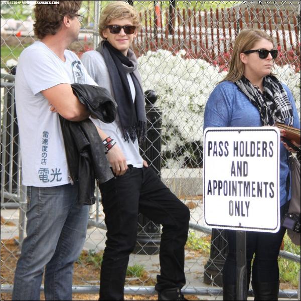24 avr.  Cody se rends à l'hopital de Boston et distribue des oeufs de Paques aux enfants malades.