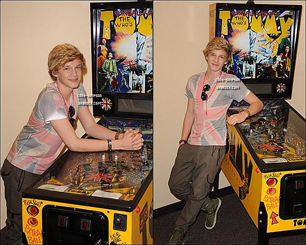 3 juillet. Cody visite les studios  « Y100 » à Miami, en Floride, puis pose devant les photographes.  Comment trouvez-vous sa tenue ?