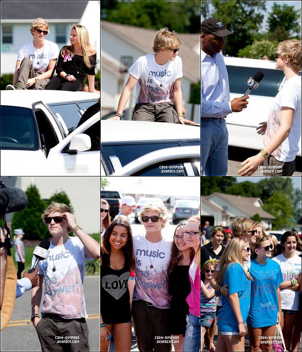 20 juillet. Cody fait une interview pour « DARBOY CHICKEN FEST » accompagné de sa soeur Alli.