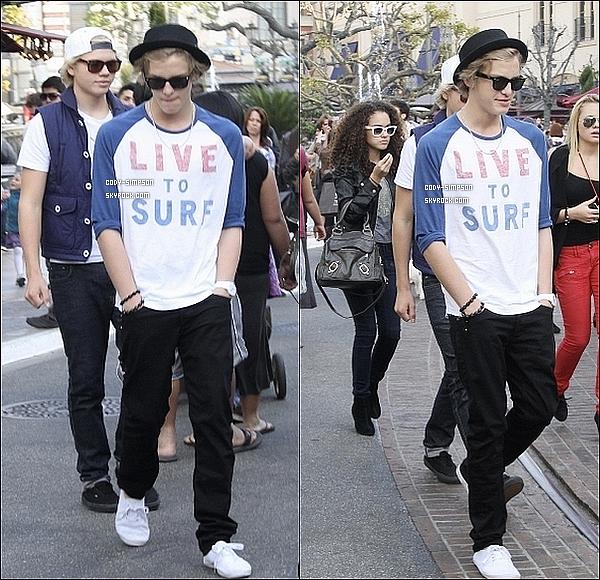 8 janv. Cody se balade dans les rues de Los Angeles, en direction du centre commercial « The Groove » accompagné de sa soeur Alli, de son meilleur ami Jake Thrupp et de Madison Pettis.    .