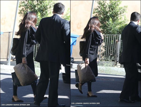 26.10  : Eva sortant de sa maison de Los Angeles pour se rendre en Floride en bateau  .