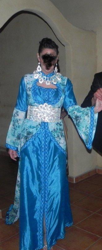 takchita bleu avec dessu en fleuri