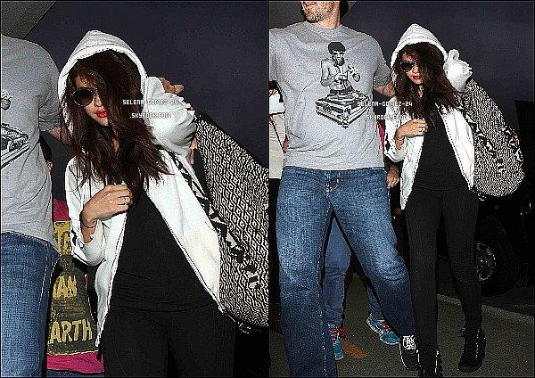 23/07/2013 : Selena Gomez était dans l'émission « The Tonight Show with Jay Leno », à New York. Selena a interprété son tube Slow Down durant l'émission. Découvrez sa performance ci-dessous. Plutôt TOP ou FLOP ?!