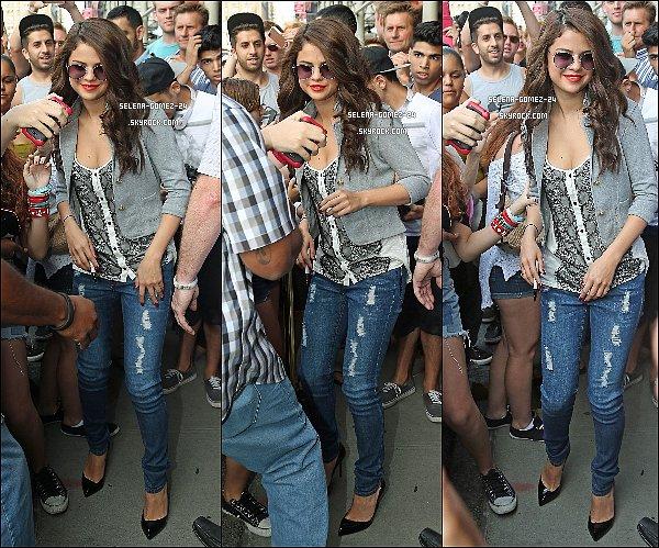 24/07/2013 : Selly a été apperçue, entourer par ses fans, quittant son hôtel à New York.