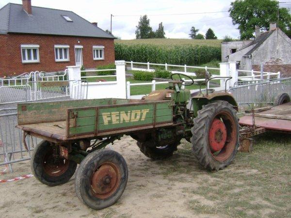 Encore une belle trouvaille de mon ami JC , Un Fendt porte outils ( que je trouve Extra ! )