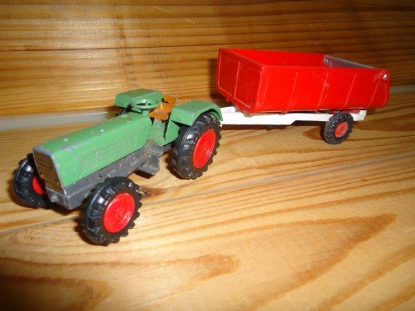 Un vieille ensemble ( Fendt Cursor , Benne Corgi toys )