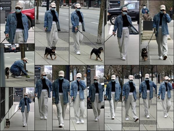 . 02.03.21 -La belleLili Reinharta été vue en train de promener son chien Milo,dans les rues de Vancouver, au Canada. L'actrice est en ce moment au Canada pour le tournage de Riverdale. Sa tenue est simple, mais super jolie. Très beau TOP pour la miss. .