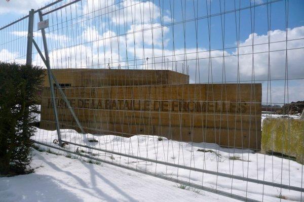 Le musée australien de Fromelles sous la neige pour la dernière fois de cet hiver. Avez-vous remarqué ? On commence à poser les fenêtres. (photos Chantal Dhennin)