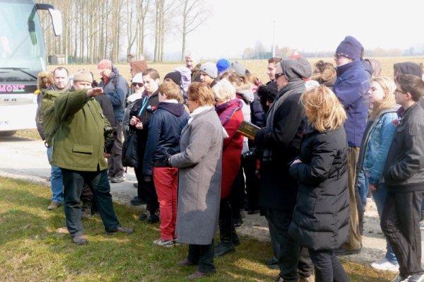 Les élèves de 4ème européenne du collège Notre-Dame de La Bassée et ceux d'un collège de Melbourne en Australie ont visité ensemble, ce mercredi 3 avril, le champ de bataille de Fromelles (reportage de notre présidente Chantal Dhennin) (12/12)