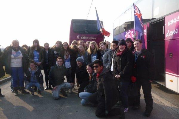 Les élèves de 4ème européenne du collège Notre-Dame de La Bassée et ceux d'un collège de Melbourne en Australie ont visité ensemble, ce mercredi 3 avril, le champ de bataille de Fromelles (reportage de notre présidente Chantal Dhennin) (2/12)