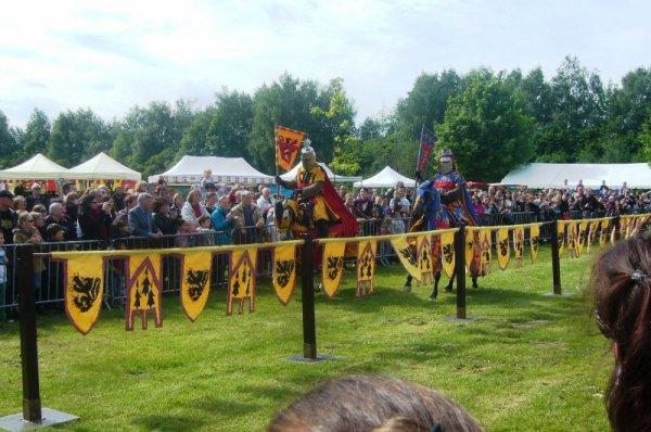 3èmes Médiévales de Salomé : le clou de la journée, une joute entre Guillaume Ferrand, comte de Flandre (en jaune), et Robert d'Artois (en bleu)
