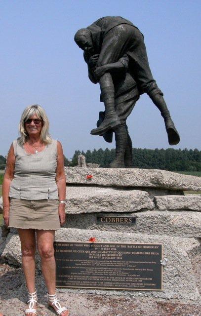 L'Australienne Jan Hawcker, en compagnie de la présidente de Weppes en Flandre Chantal Dhennin, a visité Fromelles et ses environs à la veille de l'anniversaire de la bataille du 19 juillet 1916