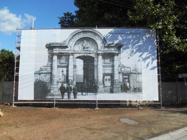La porte monumentale de l'abbaye de Marquette s'offre une toile