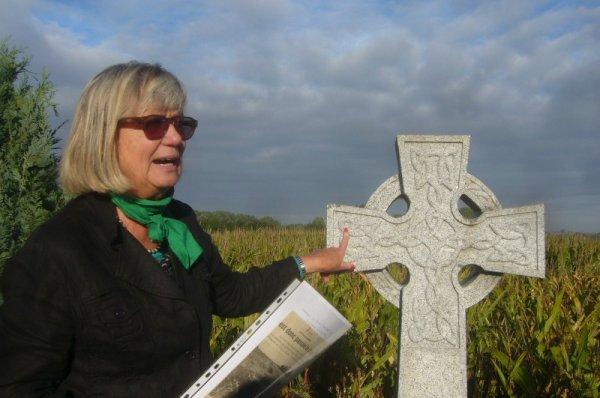 La guerre 14-18 dans le canton de La Bassée : ici, Chantal Dhennin, présidente de Weppes en Flandre, au pied de la stèle du capitaine Boyle, tué à cette occasion, la bataille de La Bassée en octobre 1914