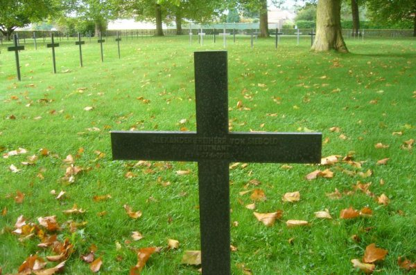 L'Association 14-18 visite le cimetière militaire allemand d'Illies