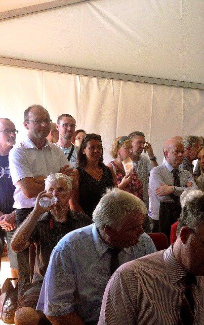 Vendredi 18 juillet 2014, inauguration du musée de la bataille de Fromelles : en attendant les discours (reportage Chantal Dhennin)