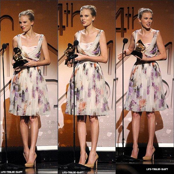 12.02.12: Taylor était présente à la 54e cérémonie des Grammy à Los Angeles. Elle a chanté 'Mean' et a gagné les prix: Best Country Song et Best Country Solo Performance pour cette dernière