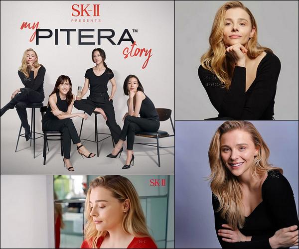 • • Chloë est l'une des quatre ambassadrices de la marque de soin japonaise SK-II. Vous pouvez découvrir quelques clichés et une vidéo dans laquelle l'actrice nous parle de sa routine beauté et pourquoi cette marque.[/font=Arial]