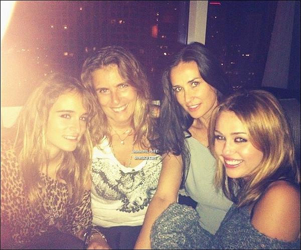 .02.09.10 - Nouvelle photo de Miley C. ,Demi Moore,Liza Azuelos et sa fille. Miley fait une bizarre tête sur la photo.  .