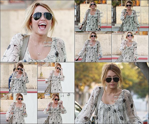 21.09.10 - Miley Cyrus avec son boy-friend Liam Hemsworth se sont rendus à l'aéroport LAX. Miley est sublime ! 22.09.10 - Miley Cyrus se rendant dans un studio à Studio City. Mil était superbe et bien habillée avec cette robe .