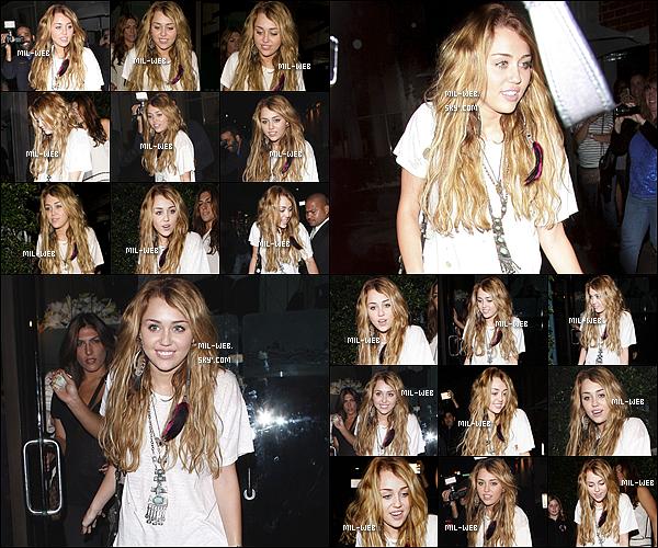 04.10.10 - Miley Cyrus sort du restaurant Mr Chow avec des amies.Miley a remi ses extensions un FLOP pour ça.