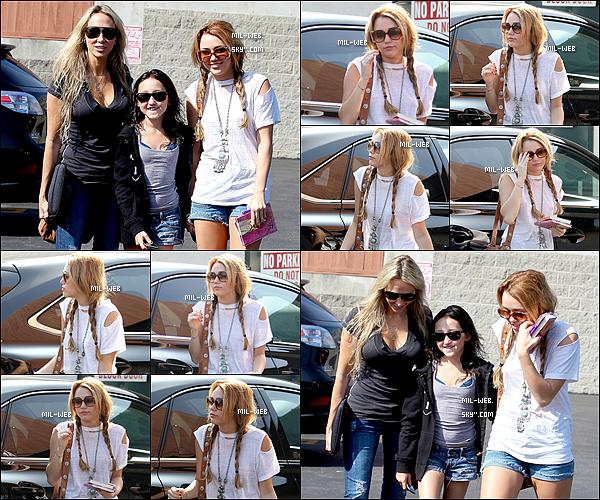12.10.10 - Miley Cyrus accompagnée de sa mère Tish et de sa petite soeur Noah se rendait au Paty's restaurant .  13.10.10 - Miley C. donne des sacs d'habits pour les personnes défavorisés à Toluca Lake. Miley est super belle !