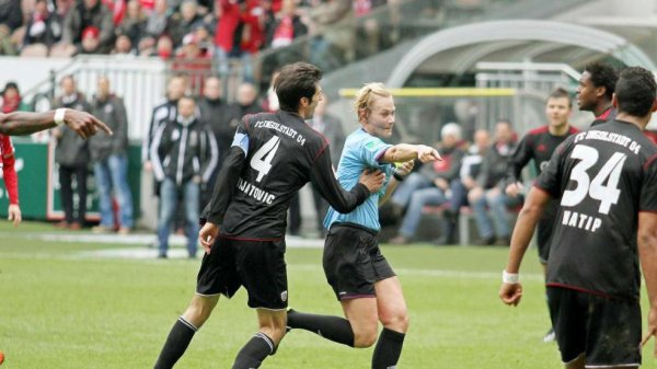 Les péripéties de Bibiana Steinhaus, arbitre féminine de football