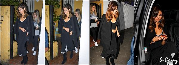 10.08.16 - Selena a été photographié a l'aéroport de Sydney (Australie).